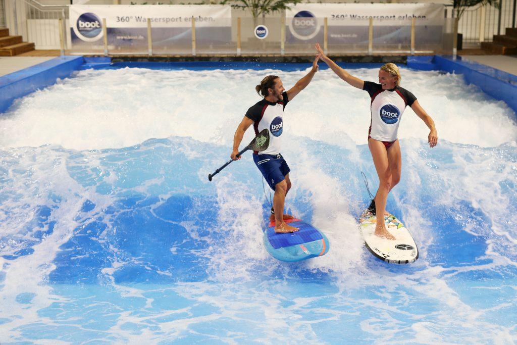 Zur boot Düsseldorf 2017 kündigt sich eine kleine Sensation an: Mit dem Surfers Village kommt eine neue Erlebniswelt nach Düsseldorf. Die Halle 2 des Messegeländes wird zum Wintermekka für Wellenreiter in dessen Zentrum eine neun Meter breite stehende Welle rauscht. Im Zentrum des Surfers Village steht zur Laufzeit der boot vom 21. bis 29. Januar 2017 die Wellen-Anlage, die endloses Wellenreiten sowohl für den Profi als auch für Kinder und Einsteiger garantiert. Beachbars, coole Surfmode und die neuesten Boards bilden den Rahmen für ein einzigartiges Erlebnis: Wellenreiten im Januar in Düsseldorf. Zwei besondere Highlights haben die boot-Macher schon fest eingeplant: Im weltweit ersten Indoor Wave-SUP Masters werden SUP Weltmeister aus Hawaii gegen die europäische Elite antreten. Am zweiten boot Wochenende geht es in einem klassischen Wellenreiten des Wave Masters-Wettbewerb um 5.000,- Euro Preisgeld. Und prominente Unterstützung haben die Düsseldorfer auch schon bekommen: Surferin Sonni Hönscheid, Tochter von Surflegende Jürgen Hönscheid, und Profi-Wellenreiter Carsten Kurmis übernehmen die Patenschaft für die Indoor-Welle und die Wettbewerbe. | boot Düsseldorf 2017 can announce something of a sensation: the Surfers Village is a new thrill that can be experienced in Düsseldorf. Hall 2 on the exhibition site is being turned into a winter mecca for surfers, in the centre of which a nine-metre-wide permanent wave is being incorporated. During boot from 21. to 29. January 2017, the wave facility – which guarantees never-ending surfing not only for professionals but also for children and newcomers – will be featured at the heart of the Surfers Village. Beach bars, cool surfing fashion and the latest boards form the setting for a unique experience: surfing in Germany in January. The boot organisers have already arranged two special highlights: SUP world champions from Hawaii will be competing against their top European rivals in the first indoor wave SUP Masters in the w